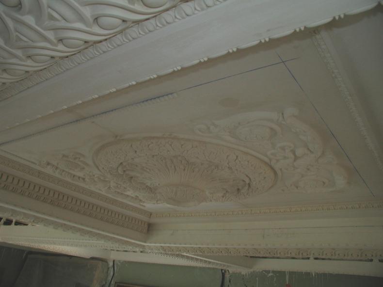 Décoration sur un plafond en staff. Atelier de restauration de ...