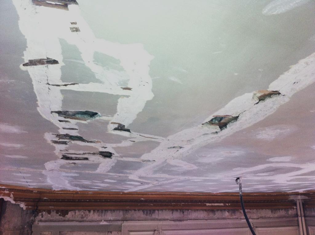 Fissures sur un plafond peint. Restauration